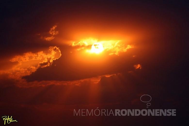 Outro instantâneo do por do sol no município de Marechal Cândido Rondon em 04 de setembro de 2021. Foto feita desde a Linha Arara pelo fotógrafo rondonense Rafael Orlando Sturm - FOTO 22 -