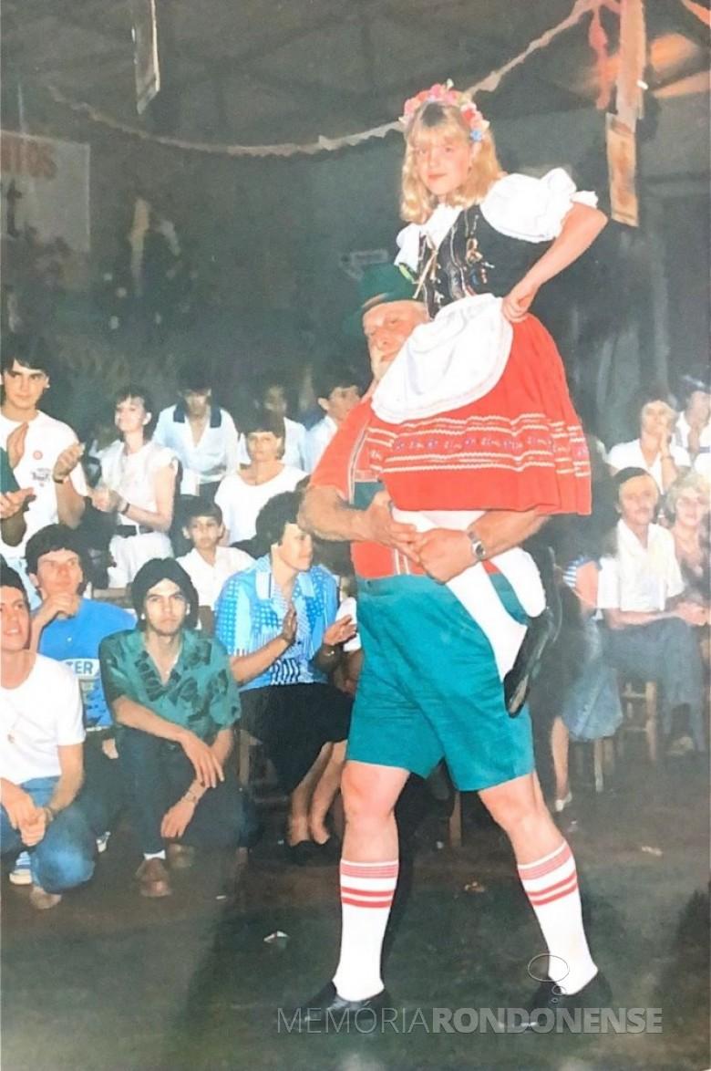 Opafass na abertura da pré-oktoberfest de Quatropontes, em outubro de 1987. Imagem: Acervo Teresinha Francener Lippert - FOTO 6 -