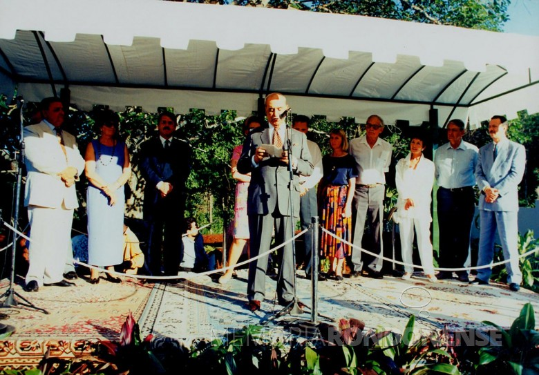 Roberto Marinho, diretor-presidente das Organizações Globo, discursando na Abertura do Parque das Aves, em Foz do Iguaçu.  Imagem: Acervo Marcos Kidrick Iwamoto/ Facebool - FOTO 11 -