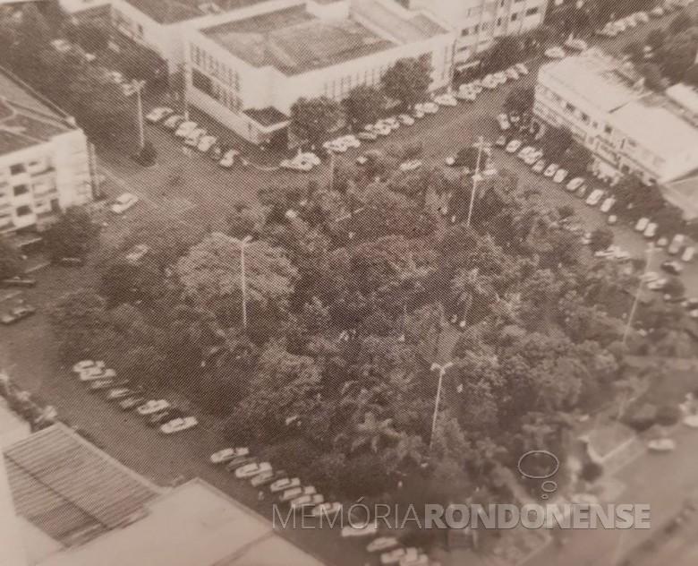 Praça Willy Barth na cidade de Toledo (PR), remodelada e revitalizada em outubro de 1988.  Imagem: Acervo Projeto Memória Rondonense - FOTO 8 -