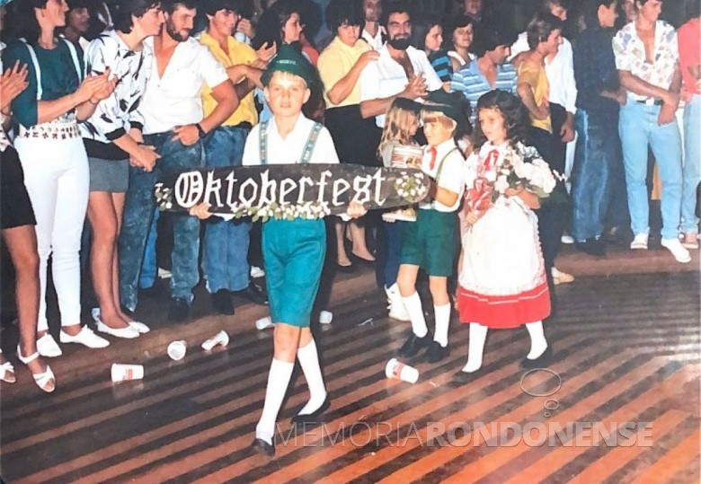 Abertura da pré-oktoberfest da Oktoberfest 1987 de Marechal Cândido Rondon, na então sede distrital de Quatro Pontes.  Imagem: Acervo Teresinha Francener Lippert - FOTO 4 -