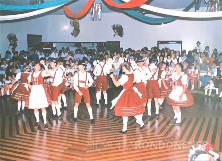 Apresentação do grupo folclórico alemão juvenil de Quatro Pontes, na época o único do município de Marechal Cândido Rondon, durante a abertura da pré-oktoberfest. Imagem: Acervo Teresinha Francener Lippert - FOTO 7 -