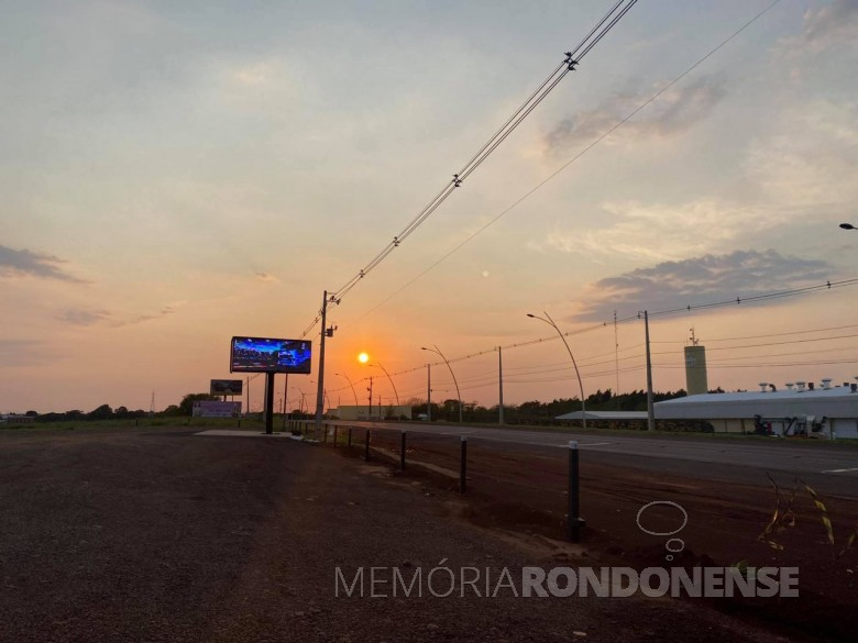 Amanhecer em Marechal Cândido Rondon, em foto tirada desde a sede do Batalhão de Polícia de Fronteira (BFron), às margens da BR 467. Imagem: Acervo e crédito: Cleton Freitag (Gordinho do Suco) - FOTO 22 --