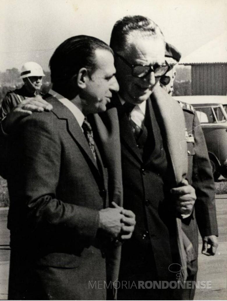 Haroldo Leon Peres (e) na companhia do Presidente da República, general Emilio Garrastazú Médici.  Imagem: Acervo Fundo Fotográfico de Marechal Cândido Rondon - FOTO 4 -