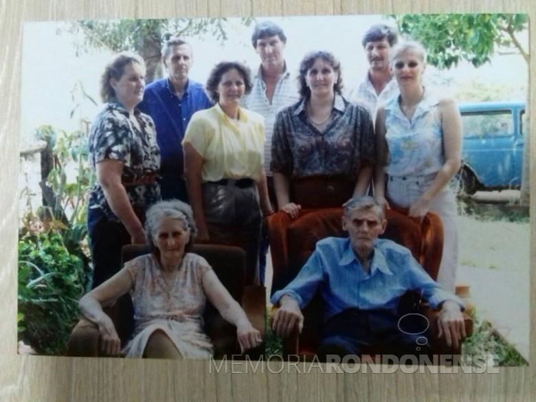 Casal Aloicius e Hertha Mees com seus filhos.  Da esquerda a direita, filhos: Arlindo, Armando e Orlando; filhas: Selda, Eli, Venilda e Clair.  Imagem: Acervo Venilda Saatkamp - FOTO 1 -