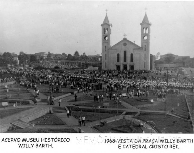 Primeira catedral de Toledo, provavelmente no dia de sua inauguração.  Imagem: Acervo Museu Histórico Willy Barth, de Toledo.  - FOTO 3 -