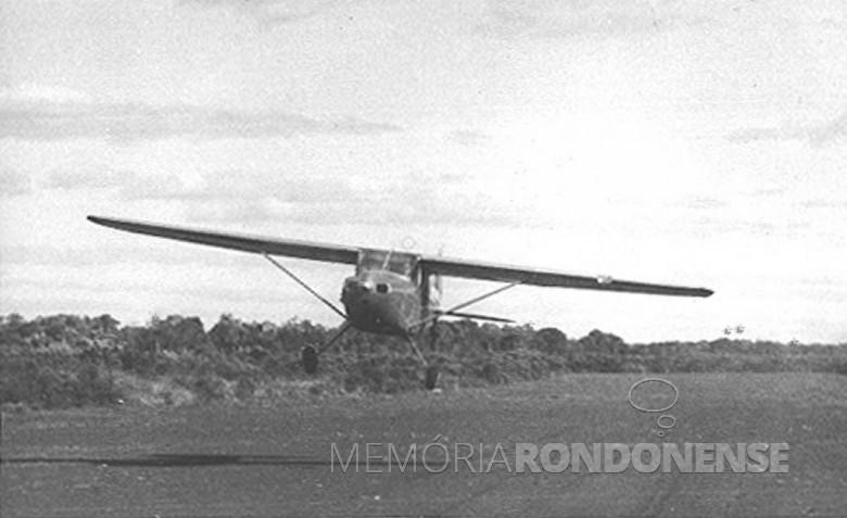 Avião em decolagem no primeiro e atual aeroporto de Toledo, em 1953.   É visível na imagem a pista de terra compactada. Imagem: Acervo Família Seyboth - FOTO 6 -
