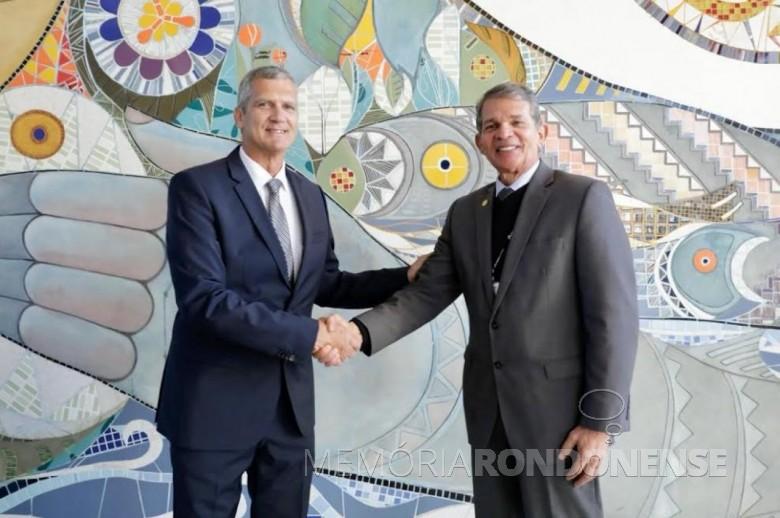 General Eduardo Castanheira Garrido Alves (e)  cumprimentado pelo General Joaquim Silva e Luna, diretor-geral brasileiro de Itaipu Binacional, após sua posse como diretor superintendente do PTI, em começo de julho de 2019. Imagem: Acervo Fábio Campana - Curitiba - FOTO 10 -