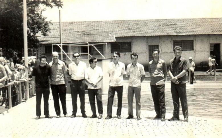 Diretores do Clube Concórdia eleitos em 28 de fevereiro de 1971. Da esquerda para a direita: Valdomiro de Oliveira, Edmundo Granich, Amário Saatkamp, o médico Hélio Sakuragui, Alcido Port, Zenon Dipp, Eugênio Müller e Auri Osmar Zart.  Imagem: Acervo Gustavo Port - FOTO 3 -