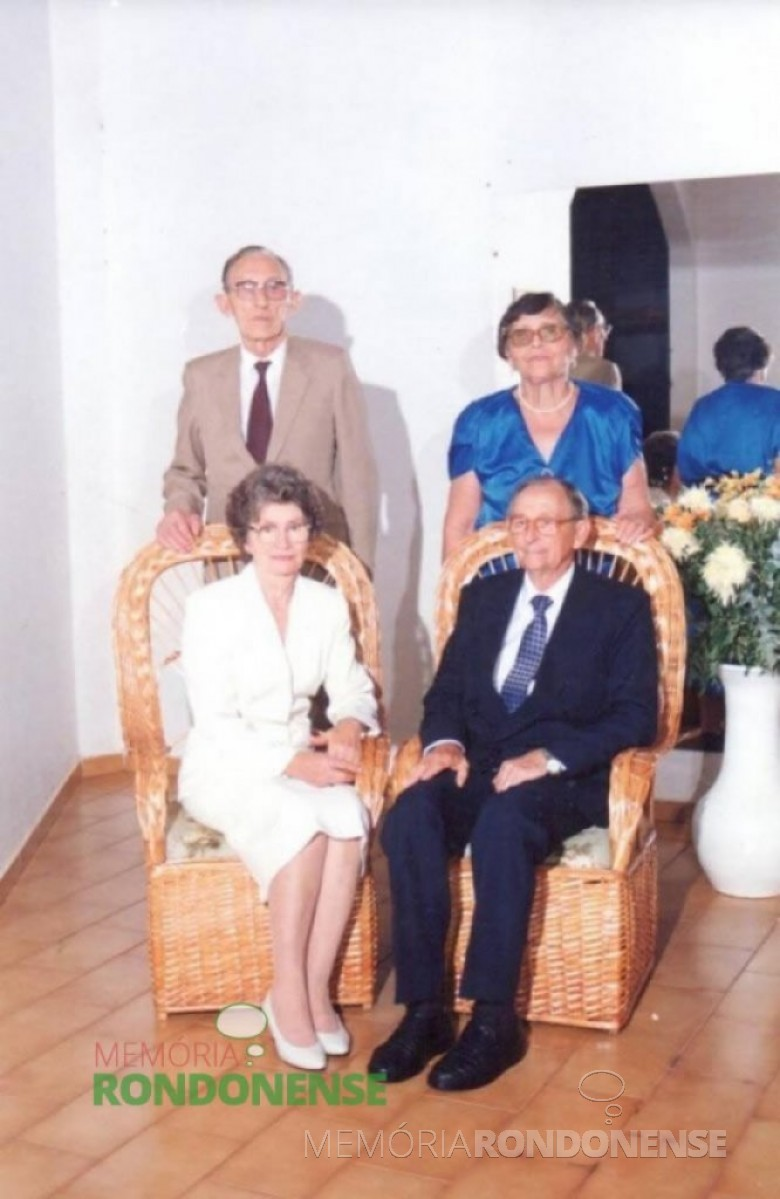 Senhora Norma Lamb foi a primeira 1ª Dama de Marechal Cândido Rondon, de 1960 a 1964, quando o esposo Arlindo Alberto Lamb, ocupou o cargo de primeiro prefeito eleito da cidade. Na foto, o casal Lamb (sentado) retratado no dia de suas bodas de ouro, na companhia do casal pioneiro Arlindo e Miloca Schwantes. Imagem: Acervo Família Lamb - FOTO 14 -