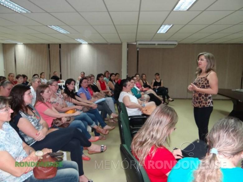 Professora Marta Salete Bendo, secretaria municipal de Educação, proferindo palestra na aula inaugural do PNAIC. Imagem: Acervo PM-MCR - FOTO 9 -
