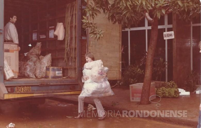 Jornalista Airton Kramer ajudando no carregamento dos donativos.  Imagem: Acervo Memória Rondonense - FOTO 7 -