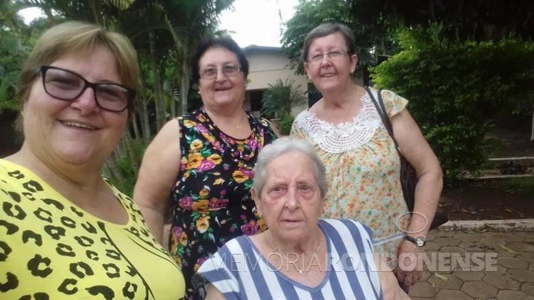Ena Iris Zastrow , em pé ao centro, com as irmãs Inge (e) e Gladis (d) e a mãe Francisco Vilma Wolfart.  Imagem: Acervo Inge Wolfart - FOTO 5 -