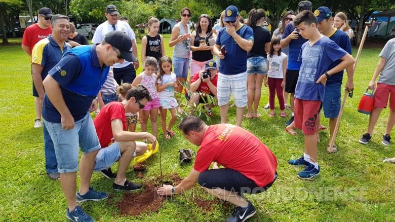 Rotarianos rondonenses plantando a 113ª árvore no Bosque do Rotary, em Porto Mendes.  Imagem: Acervo Rotary Assis Chateuabriand - FOTO 6 -