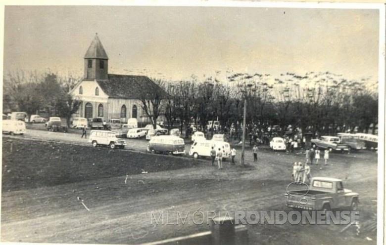 A primeira igreja (em madeira) da comunidade católica de Marechal Cândido Rondon, demolida em 20 de fevereiro de 1976.  Imagem: Acervo Memória Rondonense  - FOTO 4 -