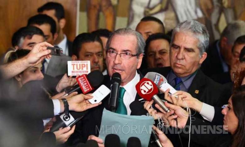 O deputado federal Eduardo Cunha lendo a carta de renúncia à presidente da Câmara dos Deputadoa.  Imagem: Acervo Agência Brasil - FOTO 6 -