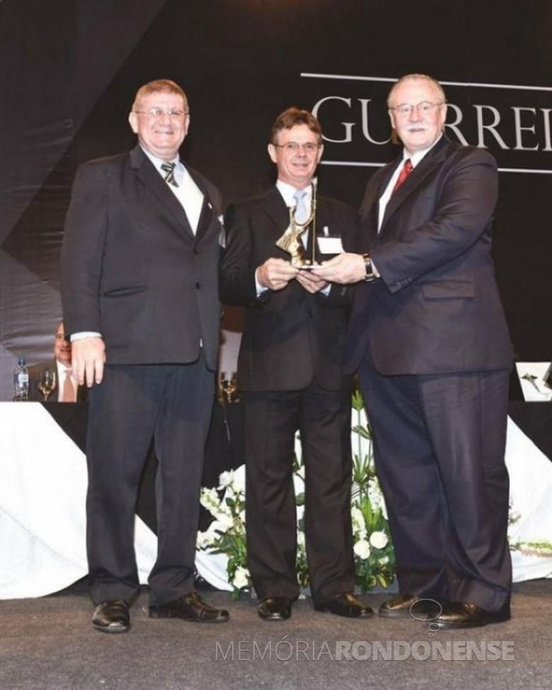 Empresário Paulo Luis Rempel recebendo o troféu