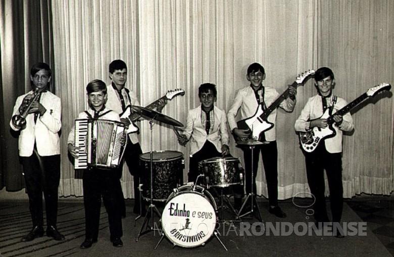 Edino e seus Brasinhas ou Edinho Show que se apresentou no Clube Concórdia, em 19 de julho de 1976.  Imagem: Acervo Memória Rondonense - FOTO 3 -