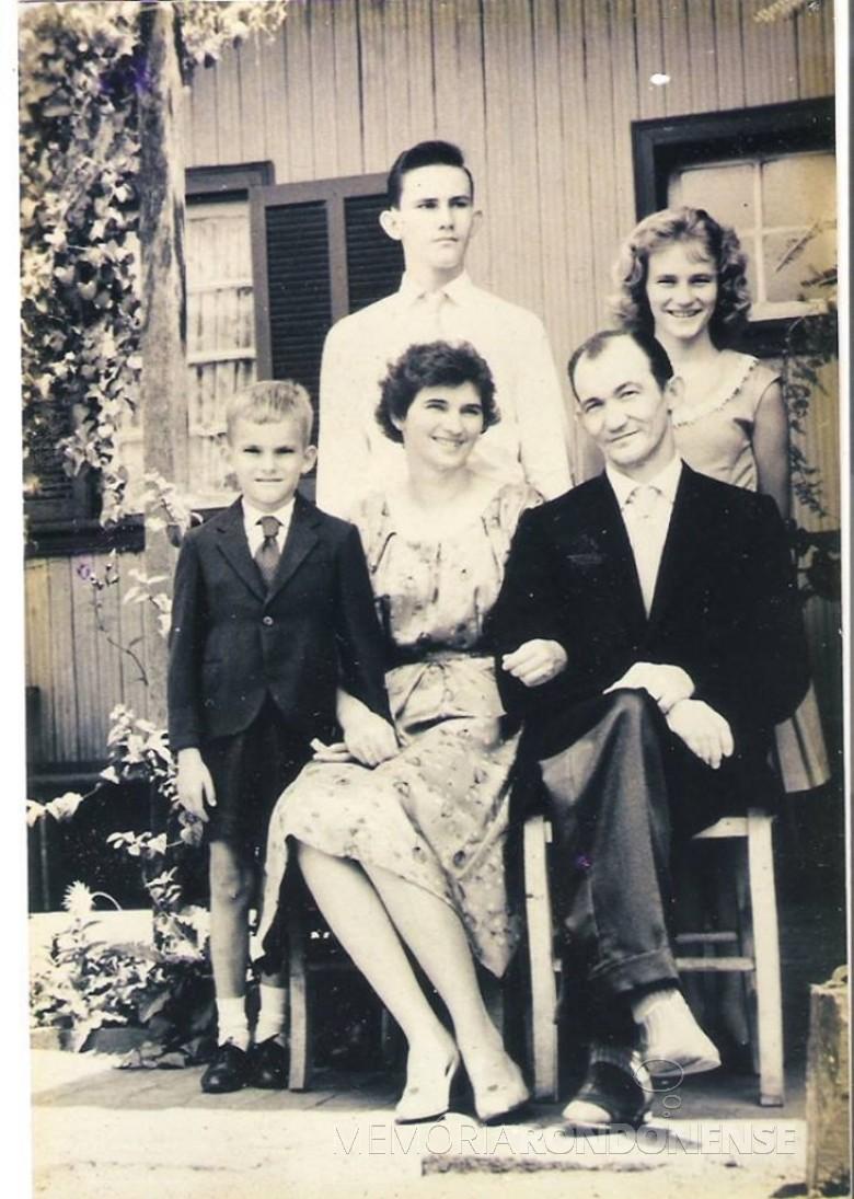 O casal Gustavo Herbert  e Erna (Weirich) Lamb, com os filhos Arnold, Any e Albert. Imagem: Acervo Arnold Lamb  - FOTO 3 -