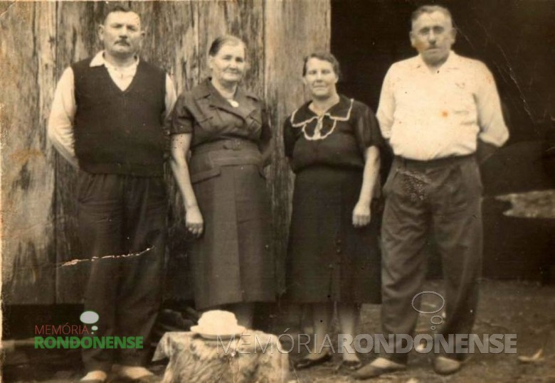 A pioneira Wanda Weimann à esquerda do esposo Edmund Weimann, fotografada em companhia de um casal de amigos, à direta da foto.  Imagem: Acervo Claúdio e Merci Lindner.