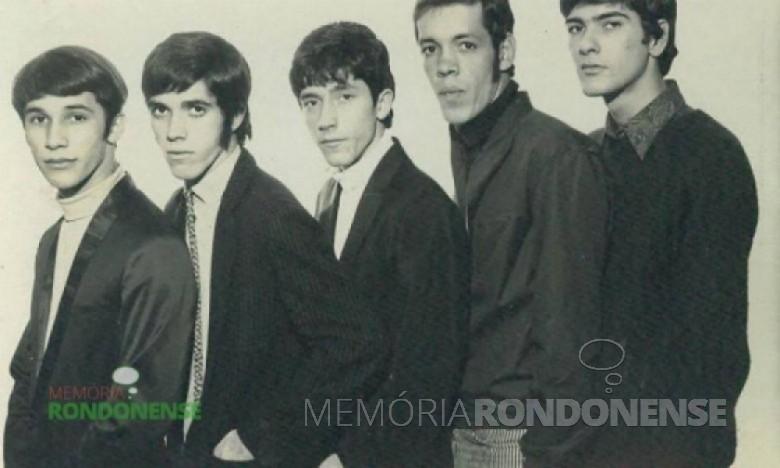Raul Seixas, terceiro da esquerda a direita, no começo de sua carreira de músico, foi Raulzito e Os Panteras. A banda não alcançou sucesso e se desintegrou. A partir daí, Raul Seixas seguiu carreira de solo, de sucesso, até a sua morte em 1989. Imagem: Acervo imagenshistoricas.com.br - FOTO 6 –