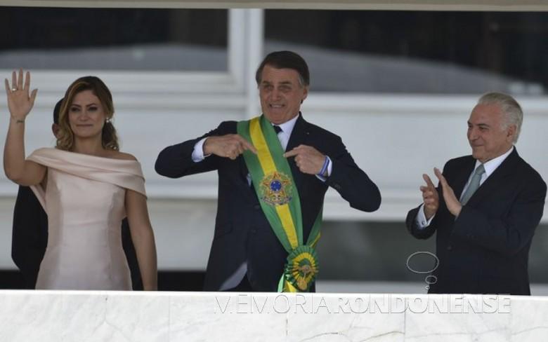 Jair Messias Bolsonaro  na companhia da esposa Michele com a faixa presidencial que recebeu de Michel Temer.  Imagem: Acervo Agência Brasil - FOTO 39 -