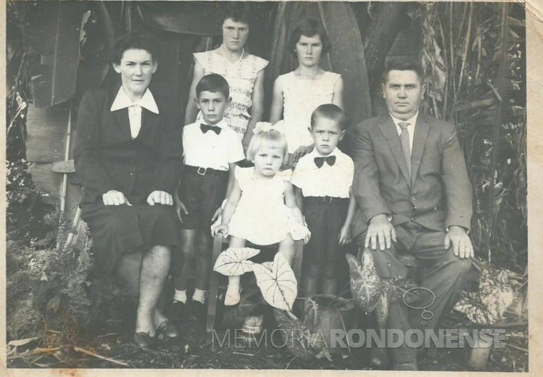 Casal Maria Dalita Witeck e Roberto Schütz com os filhos,  da esquerda a direta, ao fundo:  Izali e  Marli;  à frente: Neri, Dorly e Clari.  Imagem: Acervo Dorly Schütz