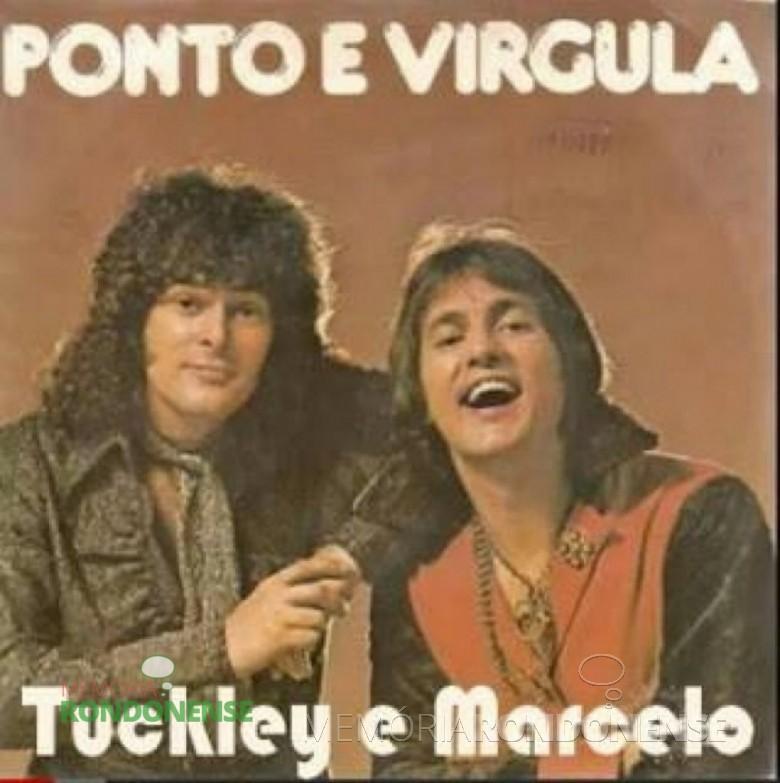 """Ponto e Vírgula - A dupla era formada pelo gaúcho Marcelo Fasolo e pelo paranaense (de Tomazina) Tuclay Ganzert. O nome da música """"Chacrilongo"""" é uma mistura de chato, cri-cri e pernilongo. Atualmente Tuclay Ganzert, com o nome artístico """"Tuckley"""" é o melhor cover do cantor Raul Seixas. Imagem: Acervo www.memoriarondonense.com.b"""