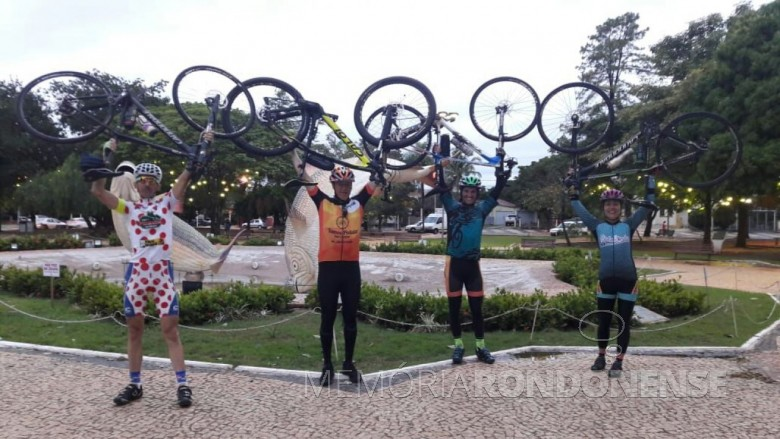 Ciclistas rondonenses na chegada à cidade de Bonito (MS).  Da direita à esquerda: Paul Lirio Berwig, Walmor Buche, Maicon Raupp e Marlise Berwig.  Imagem: Acervo pessoal - FOTO 6 -