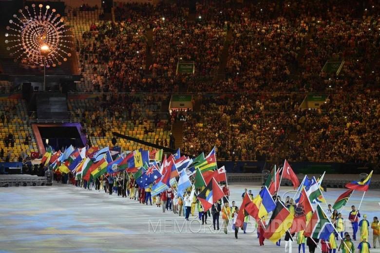 Entrada de atletas que participaram da Rio 2016, no estádio do Maracanã, com a bandeira de seu  respectivo pais.  Imagem: Reprodução - FOTO 4  -