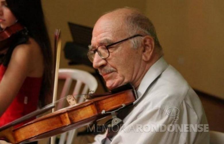 Maestro Jacó Bresciannini com seu inseparável violino. Imagem: Jornal do Oeste - FOTO 3 –