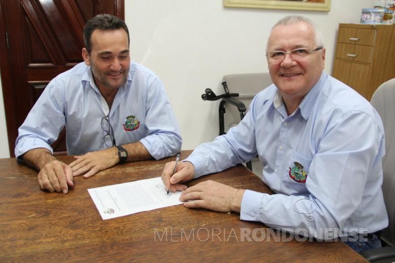 Leomar Rohden (Mano) reassumindo o cargo  de prefeito municipal de Pato Bragado na presençao do vice-prefeito Dirceu Anderle (e). Imagem: Acervo Imprensa - Pato Bragado - FOTO 13  -