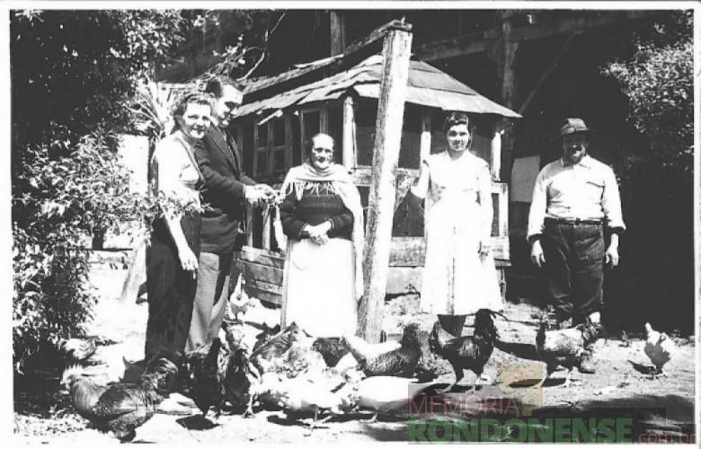 Cristaforia de Santa Cruz de Allica, de mãos cruzadas, na companhia do casal Ingrun e Friedrich Rupprecht Seyboth, à esquerda, e com a sobrinha e enteada Joanita Santa Cruz, à esquerda. O senhor, à direita, foi criado desde menino pelo casal Alllica. A fotografia foi feita em 1958 na antiga propriedade Allica. Imagem: Acervo Família Seyboth – FOTO 3