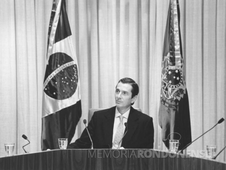 Presidente Collor em rede nacional de rádio e televisão anunciado o seu pacote econômico em 16 de março de 1990. Imagem : Acervo : Revista Época Globo  - FOTO 6 -