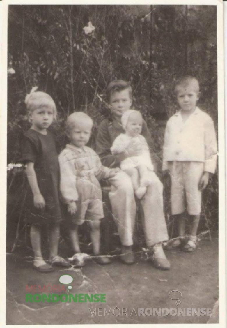Os irmãos Graff em setembro de 1953, filhos de Evaldo e Constância Graff, fotografados antes da saída da mudança com destino a então General Rondon. (Imagem: Acervo Vilton Graff) - FOTO 2