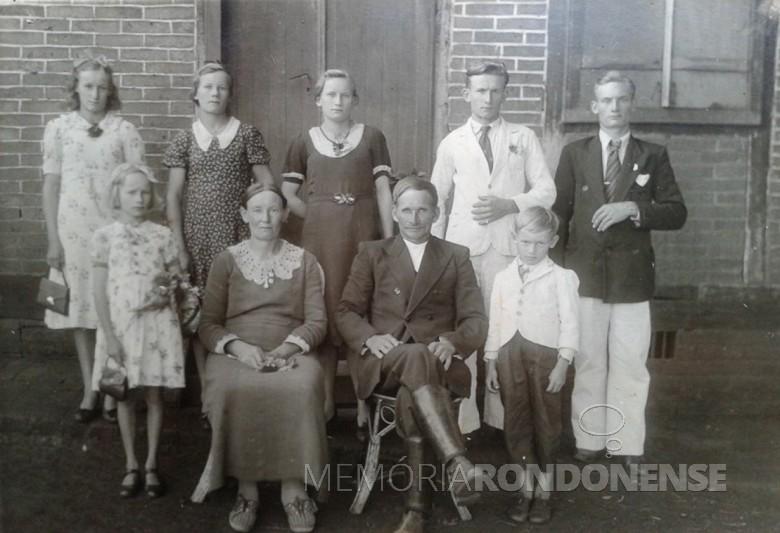 O pioneiro Theodoro Winter (último à direta, em pé, de  paletó escuro), com seus pais, o casal Hotilia  e Wilhelm,  e irmãos.  Da esquerda à direita; Elza, Elma, Alma e Erico.  À frente, Erna e Egon.  Imagem: Acervo Maico Pfeifer - FOTO 9 -