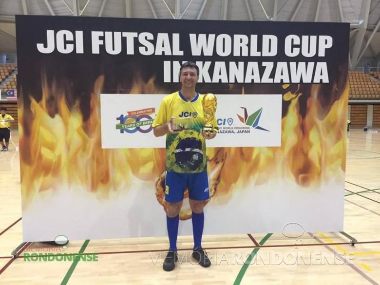 O rondonense Gilson Metz  eleito como o melhor jogador do Campeonato Mundial de Futsal, durante o Congresso Mundial da JCI, em Kanazawa, Japão.  Imagem: Acervo Gilson Metz - FOTO 10 -
