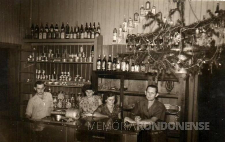 Rudolfo Schroeder em fotografia tirada no bar, churrascaria e sorveteria de sua propriedade, numa noite de Natal da década de 1950, na companhia da esposa, do filho e da filha. Imagem: Acervo Hilga Schroeder/Mirta Steinmacher - FOTO 1 -