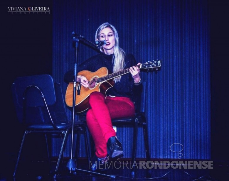 Carolina Silva Wendland, funcionária da Copagril, que participou das finais do Festival de Música FIEP , em novembro de 2017.  Imagem: Acervo Comunicação Copagril -  Crédito: Viviana Oliveira Fotografia - FOTO 9 -