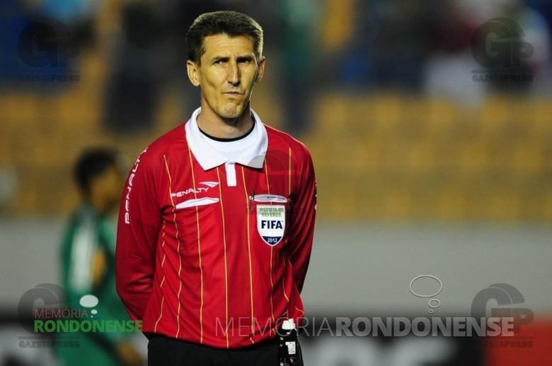 Roberto Braatz - árbitro assistente rondonense atuou na Copa do Mundo 2010, na África do Sul.  Imagem: Gazetapress - FOTO 9 -