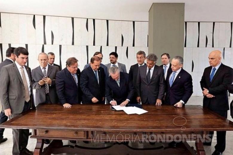 Momento em que o vice-presidente Michel Temer assinava o termo de contrafé de notificação para assumir interinamente a presidência da República. Imagem: blogs.ne10.uol.com.br - FOTO 7 –