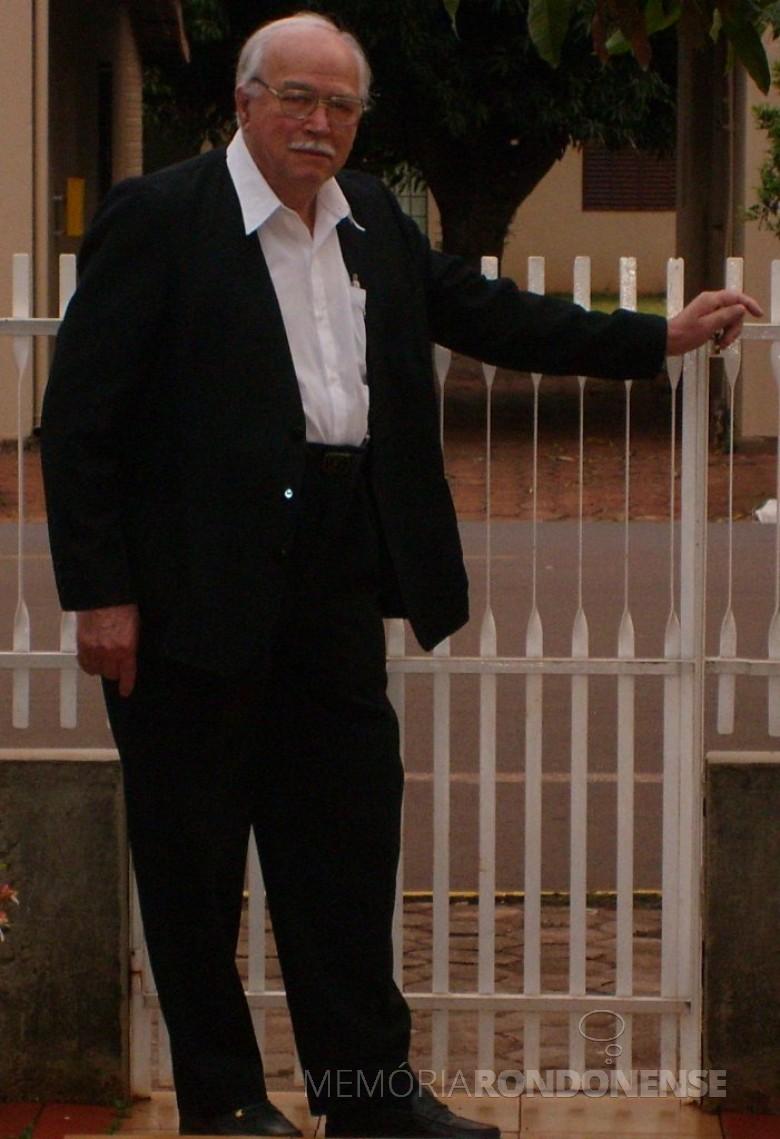 Maestro e coralista Sigismundo Heinrich, falecido em 28 de fevereiro de 2011, fotografado no portão de acesso à sua residência.  Imagem: Acervo Edela Heinrich - FOTO 6 -