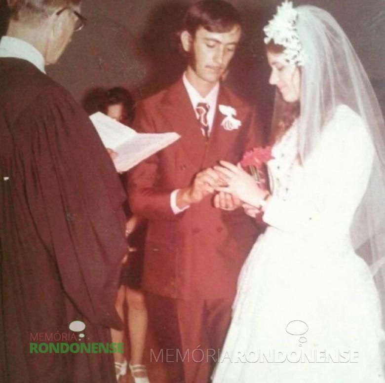 Celebração do casamento dos jovens Enio Germano Dietrich e Selmita Schwingel Post pelo reverendo Guilherme Lüdke. Imagem: Acervo Mery Camargo - FOTO 2 -