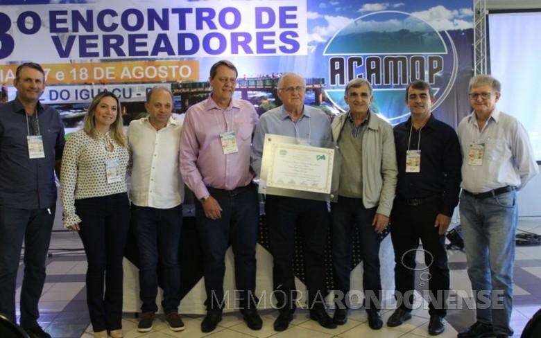 Vereador Pedro Rauber recebendo o título de