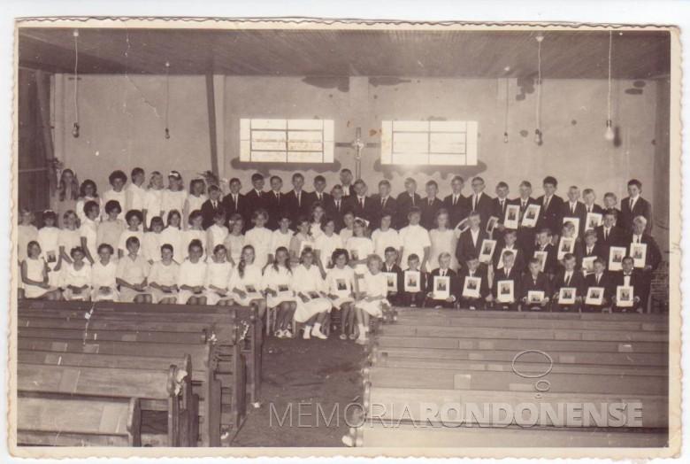 Grupo de confirmandos de 1969 da Comunidade Evangélica Martin Luther, de Marechal Cândido Rondon.  Ao fundo, junto ao cruzeiro o pastor Joachim Pawelke.  Imagem: Acervo Uschi Bofinger - Alemanha - FOTO 1 -
