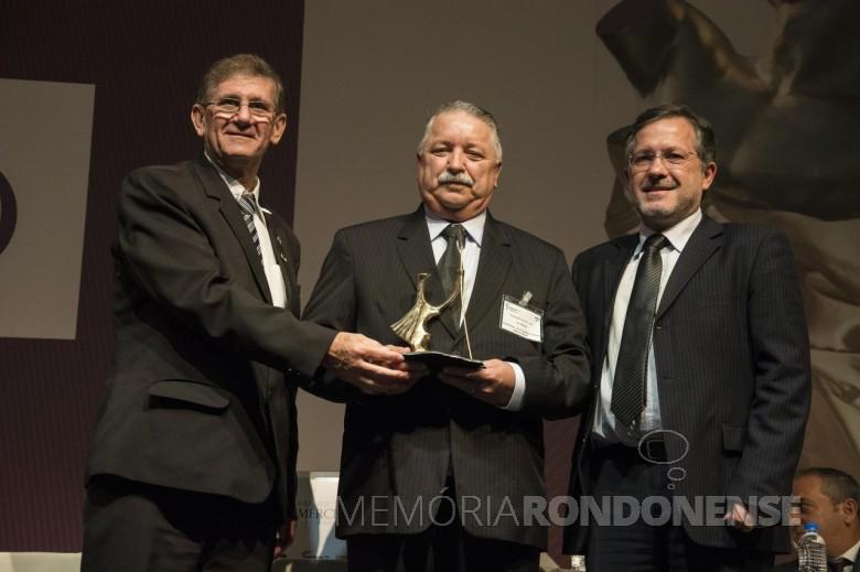 Empresário rondonense Ivo Krause, segundo, da esquerda à direita, com o troféu