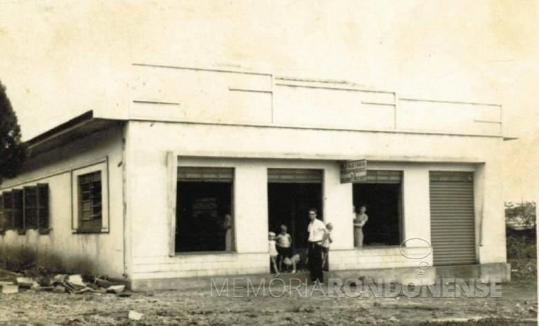 Casal Juliano e Isabela Reichert  com os filhos, em frente da então Alfaiataria Riograndense, hoje Reichert Confecções. Imagem: Acervo Miguel Fernandes Reichert - FOTO 3 -