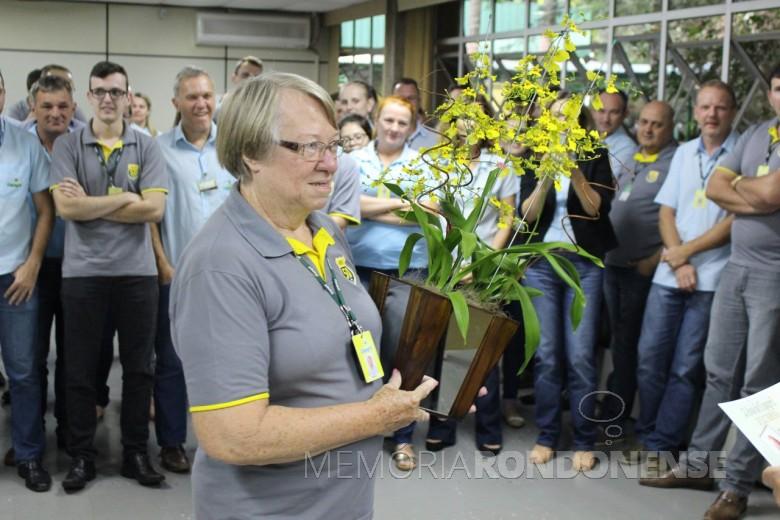Dulci Debona agradecendo a homenagem pelos seus 45 anos como funcionária da Copagril. Imagem: Acervo Imprensa Copagril - Crédito: Carina Ribeiro - FOTO 4 -