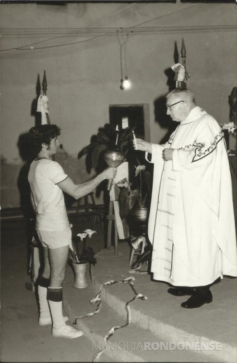Fogo simbólico recebido na Matriz Católica Sagrado Coração de Jesus pelo padre vigário.  Imagem: Acervo Valdir Sackser  - FOTO 8 -