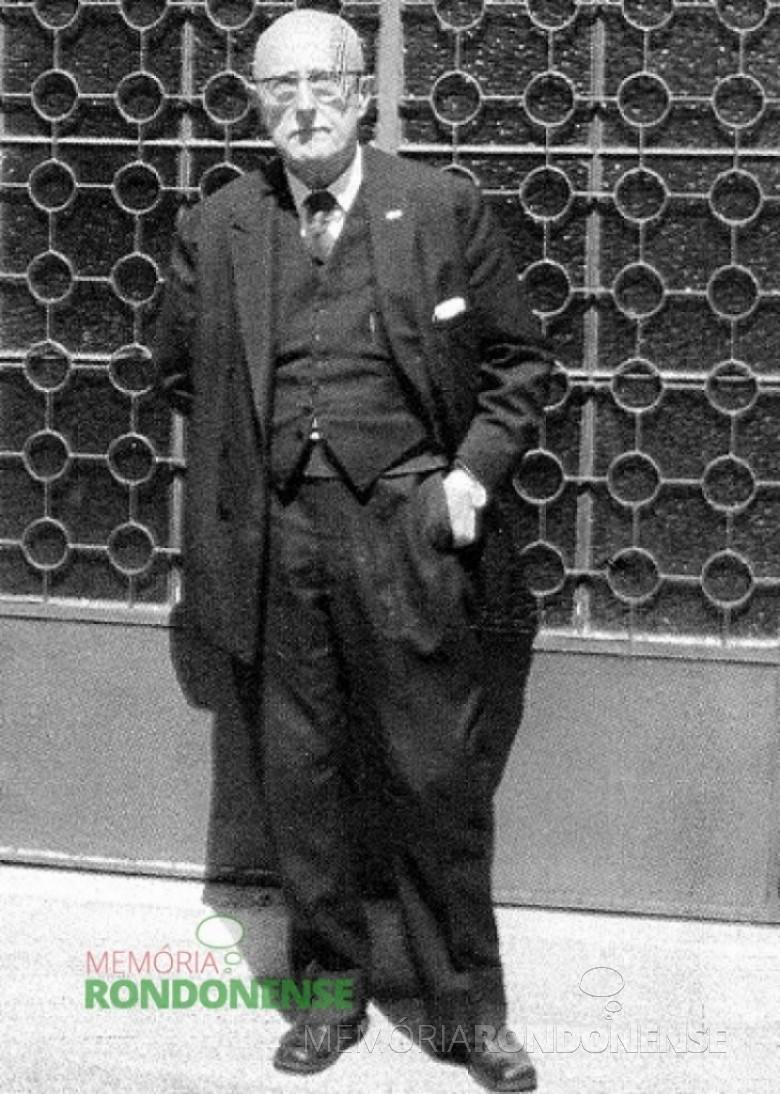 Professor David Carneiro, em frente ao seu museu em Curitiba. Imagem: Acervo Memória Rondonense – FOTO 4 -